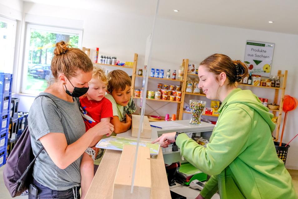 In der Rezeption des Campingplatzes Bad Sonnenland. Mitarbeiterin Fiona Warmuth berät Lisa Schönthier aus Dresden mit ihren Kindern. Etwa ein Drittel der Moritzburg-Übernachtungen bringt Bad Sonnenland.