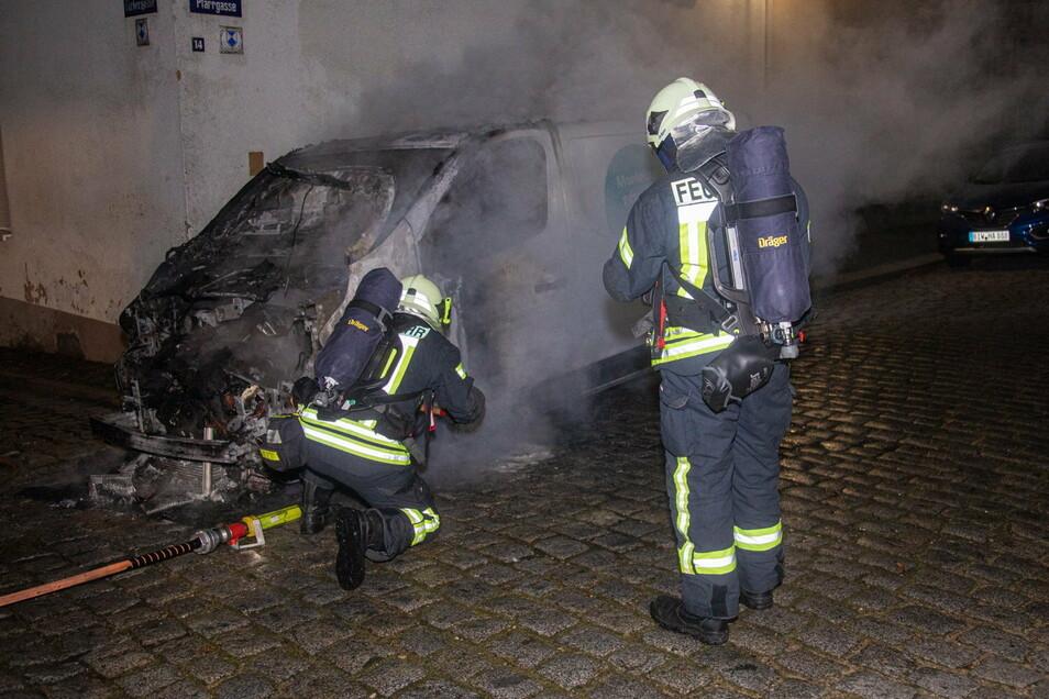 Die Feuerwehr Bischofswerda war schnell vor Ort, trotzdem brannte das Fahrzeug vollständig aus.