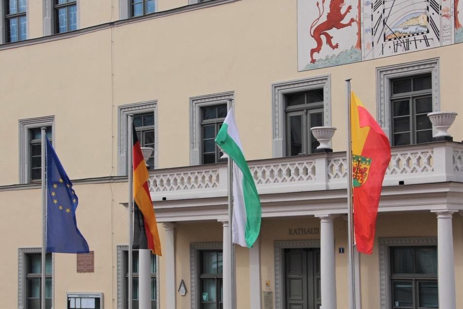 Flaggen vor dem Pirnaer Rathaus: Symbole der Krisenbewältigung.