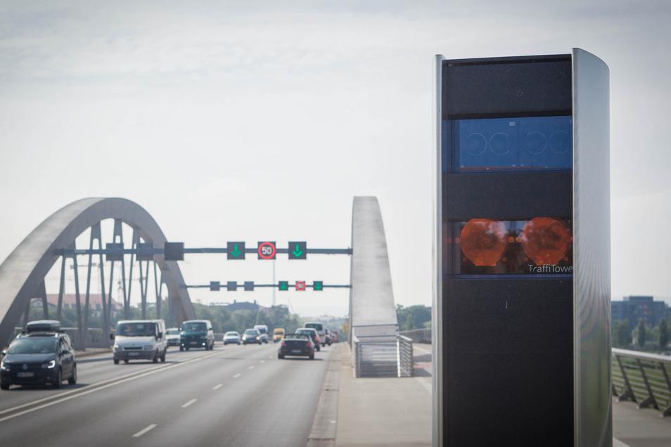 Blitzer überwachen auf der Waldschlößchenbrücke, dass die Geschwindigkeitsbegrenzung eingehalten wird. Diesen Monat endet die Flugsaison der Kleinen Hufeisennasen. Deshalb darf ab 1. November auch nachts wieder 50 Stundenkilometer gefahren werden.