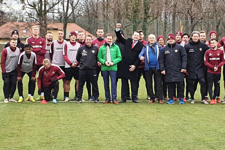 """""""Wir stehen jetzt zusammen"""", sagt Sachsens Ministerpräsident Michael Kretzschmar beim Besuch des Dynamo-Trainings am Mittwochnachmittag."""