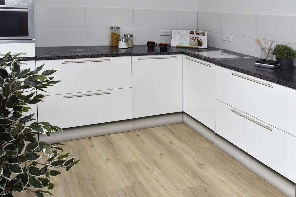Achtung Attrappe: Die Küchenmöbel aus Pappe sollen zeigen, wie die Sozialwohnung eingerichtet aussehen könnte. Die Küche ist offen und direkt an das Wohnzimmer angeschlossen.