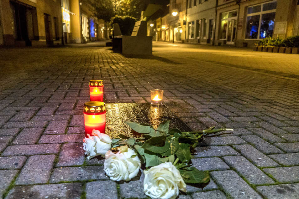 Rosen und Kerzen auf der Hauptstraße in Riesa erinnern an die Reichspogromnacht von 1938.