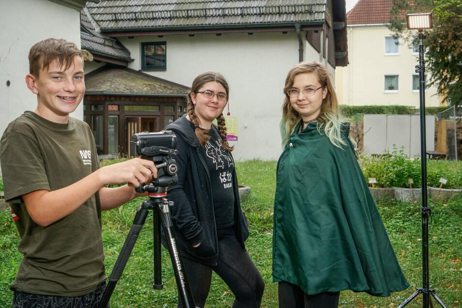 Leon Finn, Lilly und Ina (von links) gehören zu den Filmkids Oberlausitz des Jugendhauses Neukirch. Das Haus gehört Valtenbergwichtel e.V., der in diesem Jahr ein Jubiläum feiert.