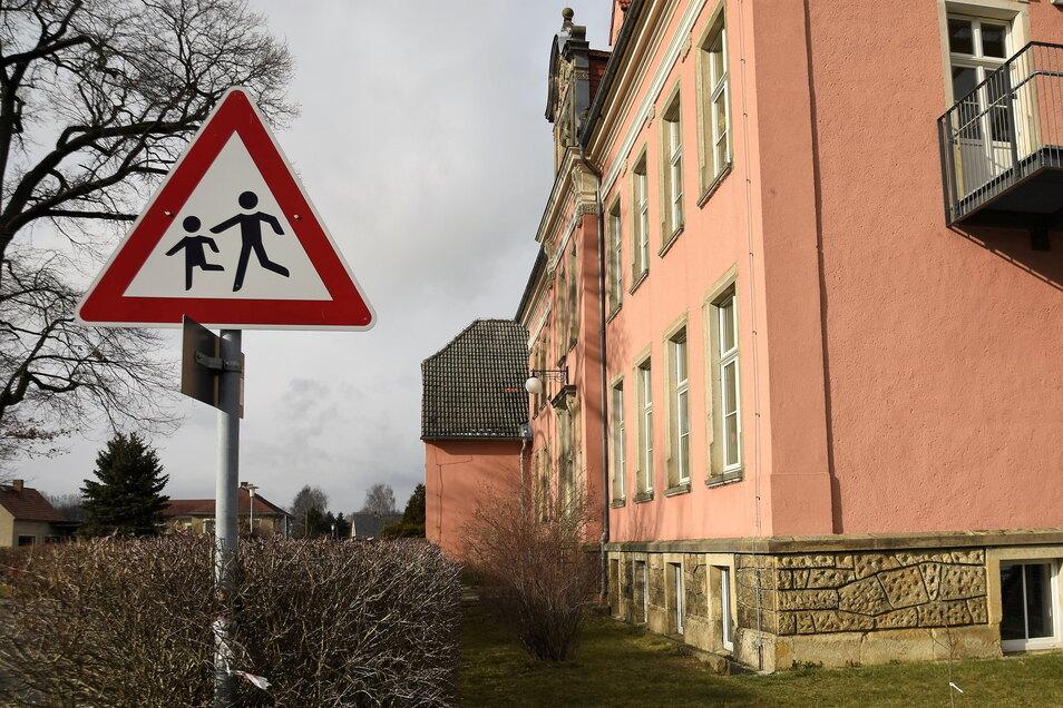 Die Grundschule Großhartau wird mit neuer Technik ausgestatte