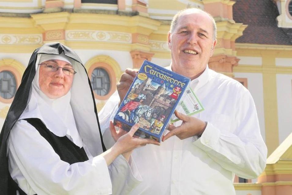 Udo Schmitz vom Forum-Spiel überreichte Gäste-schwester Anna Rademacher im Kloster St. Marienthal gestern eine besondere Ausgabe des Spiels Carcassonne. Seit Kurzem ist das Zisterzienserinnenkloster Teil dieses Legespiels. Die Spieler können es übernehmen