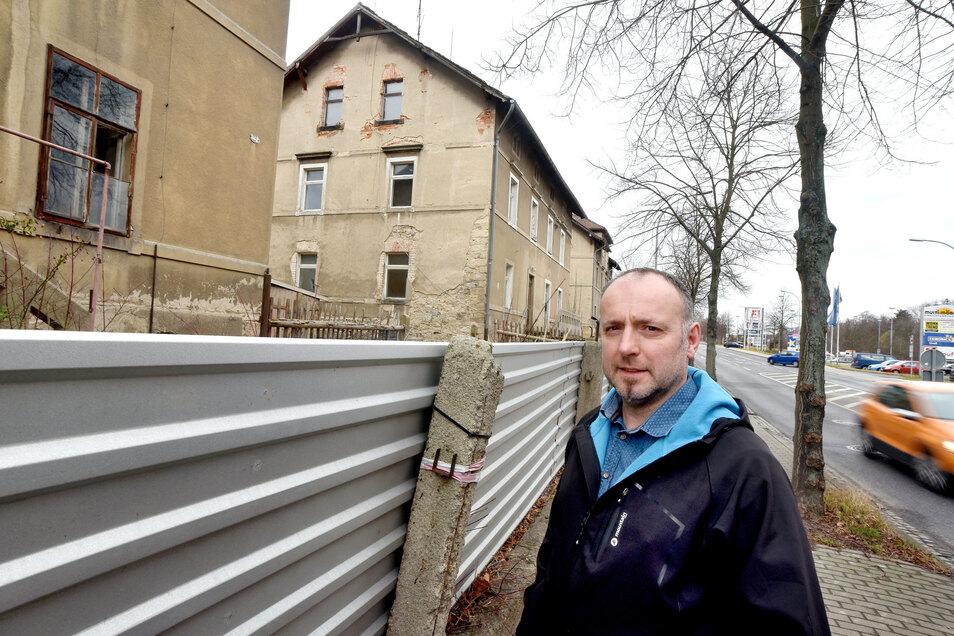 Marc Hartmann vor den drei Häusern an der Äußeren Weberstraße, die bald verschwinden.