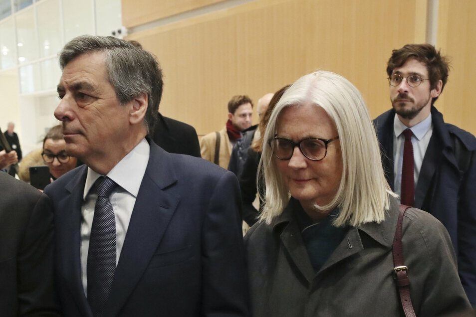 Die Richterin erklärte, dass Penelope Fillons (r) Vergütung in keinem Verhältnis zu ihren Aktivitäten gestanden habe. Sie habe hauptsächlich Post übermittelt.