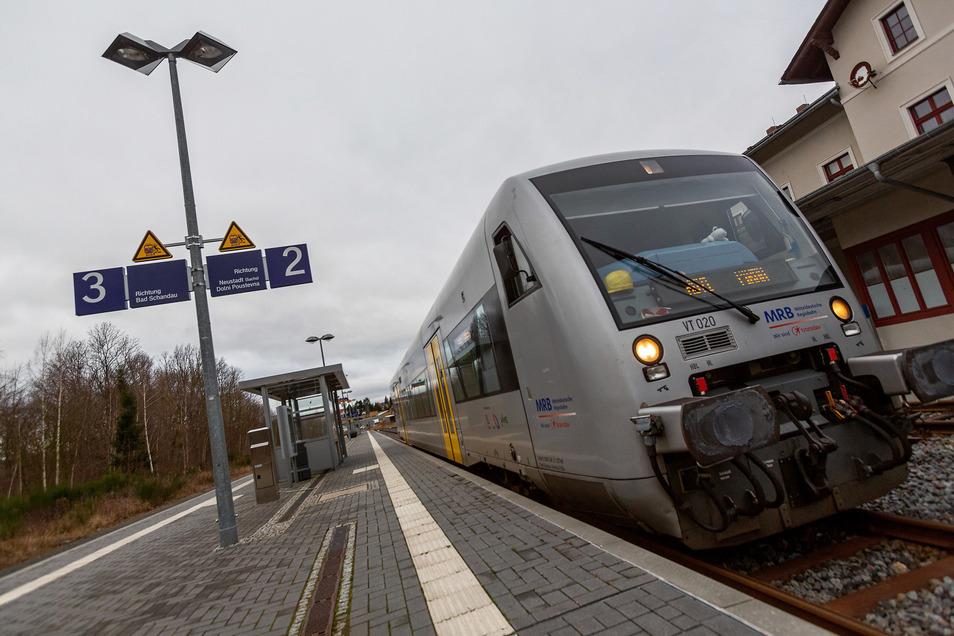 Lang erwartet: Ein Triebwagen der Mitteldeutschen Regiobahn am Nationalparkbahnhof Sebnitz.