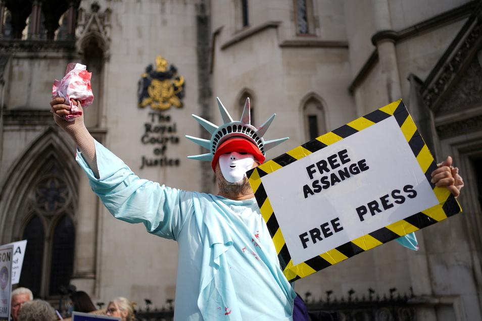 Ein Demonstrant protestiert vor dem High Court anlässlich der ersten Anhörung im Berufungsverfahren für die Freiheit von Assange und der Medien.