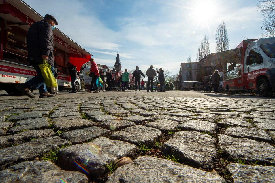 Markttag auf dem Wettinplatz in Coswig. Die Stadt zieht ebenso wie die anderen größeren Kommunen im Landkreis aufgrund der in ihr möglichen Lebensqualität mehr Menschen an als wegziehen.