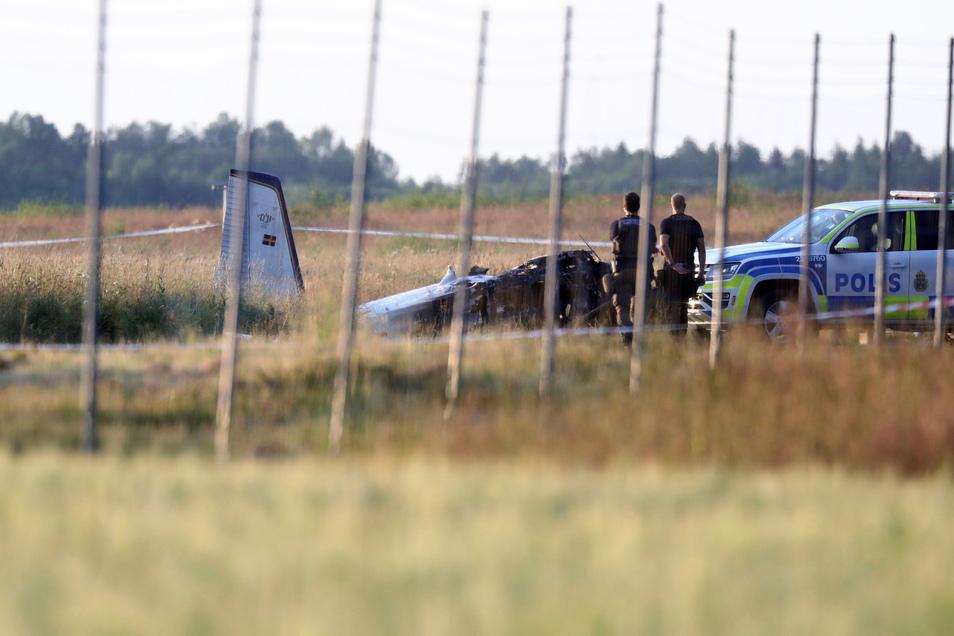 Polizei und Rettungsdienste sind am Ort des Absturzes eines Kleinflugzeugs auf dem Flughafen Örebro im Einsatz.