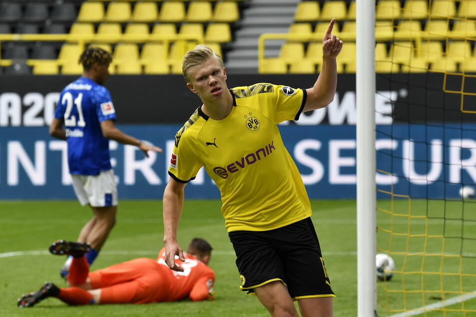 Erling Haaland von Borussia Dortmund hat das erste Tor in der Fußball-Bundesliga beim Neustart nach der Corona-Pause erzielt. Der 19 Jahre alte Norweger traf in der 29. Minute des Revierderbys gegen den FC Schalke 04 zum 1:0. Er jubelte danach wie vorgesc