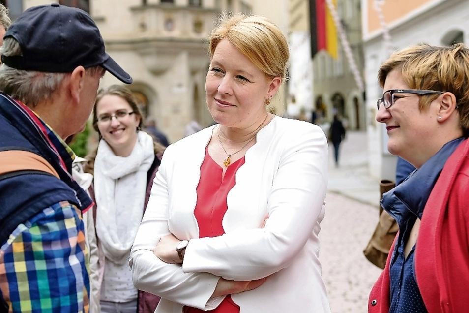 Bundesfamilienministerin Franziska Giffey (SPD) mit der Bundestagsabgeordneten Susann Rüthrich (rechts) auf dem Meißner Heinrichsplatz. Im Gespräch mit Andreas Schneider.