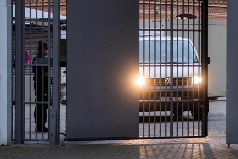 Ein Gefangenentransporter der Justiz Schleswig-Holstein verlässt das Landgerichtes Braunschweig. Der im Fall Maddie Verdächtige war aus einem Kieler Gefängnis nach Braunschweig gebracht worden.
