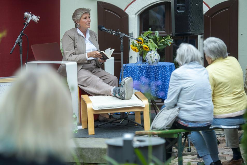 Journalistin Alexandra Prinzessin zur Lippe zählte beim Meißner Literaturfest zu den Vorlesern auf der erstmals genutzten Bühne am Froschplatz.