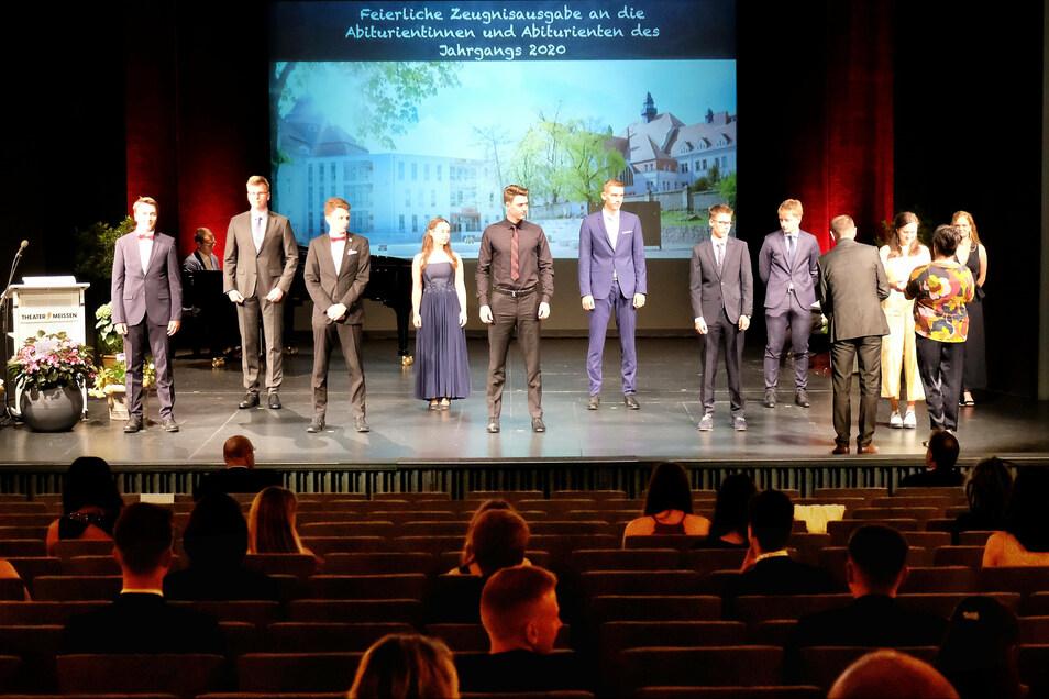 Vereinzelt und doch vereint: Die Abiturienten des Meißner Franziskaneums haben am Donnerstagnachmittag im Theater ihre Zeugnisse erhalten.