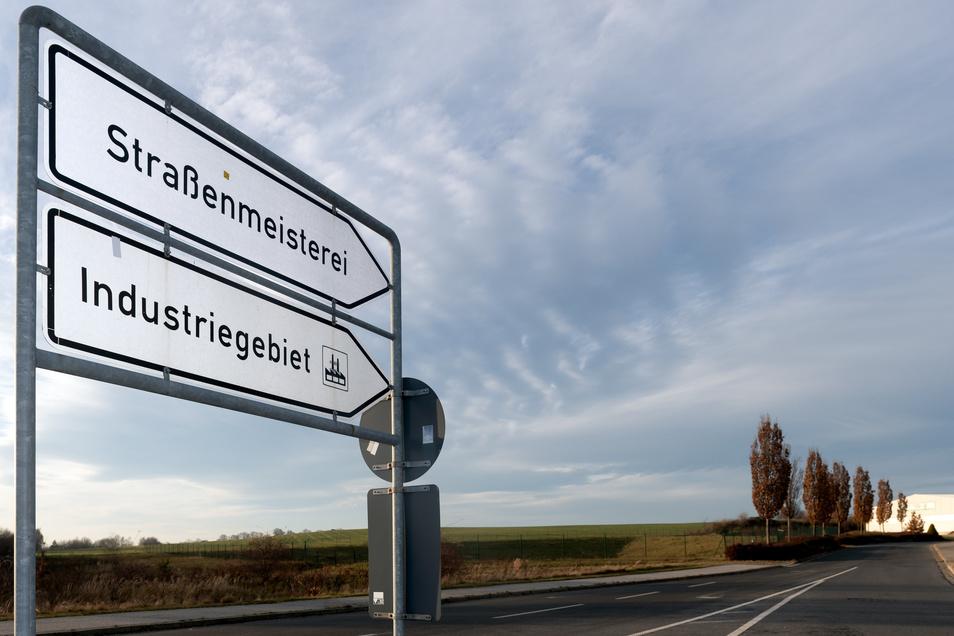Die Zufahrt zum Gewerbe- und Industriegebiet an der Bautzener Straße in Bischofswerda: Auf der Fläche links hinter den Pappeln will die Stadt reichlich zehn Hektar für die Ansiedlung von Firmen erschließen.