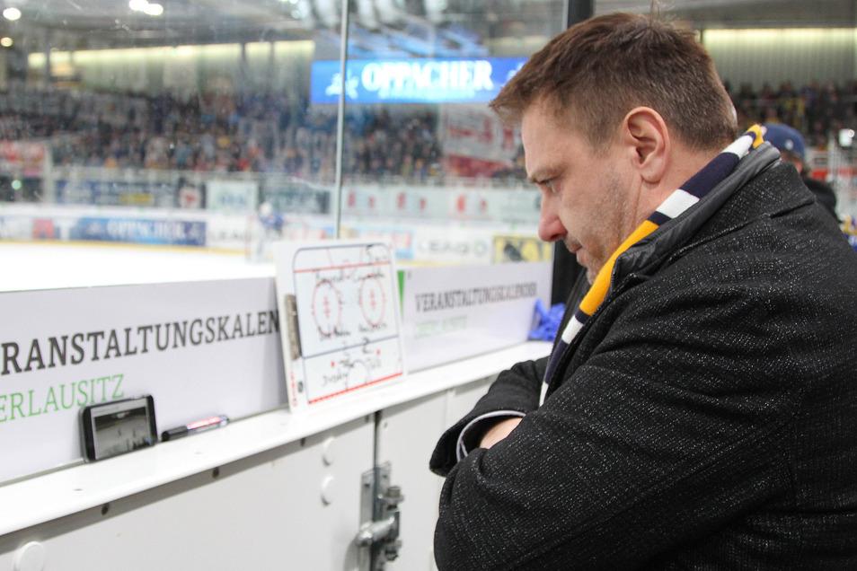 Geschäftsführer Dirk Rohrbach sucht bei den Lausitzer Füchsen in Weißwasser wegen der finanziellen Einbußen in der Corona-Krise nach Sparpotenzial. Den Etat für den Spieler-Kader des Eishockey-Zweitligisten hat er für die nächste Saison bereits um 20 Proz
