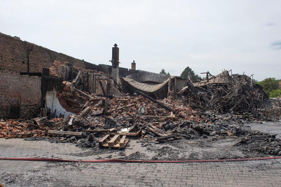 Nur noch Schutt und Asche – das ist vom Großbrand mehrerer Lagerhallen in Laußnitz übriggeblieben.