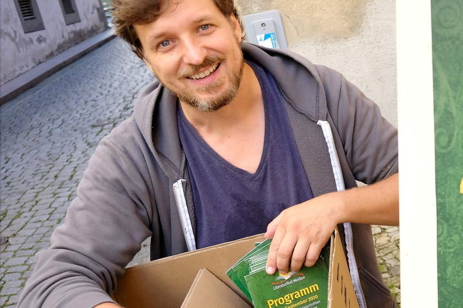 2020 war die Welt noch in Ordnung: Organisator Daniel Bahrmann mit den Programmheften für das Literaturfest Meißen.