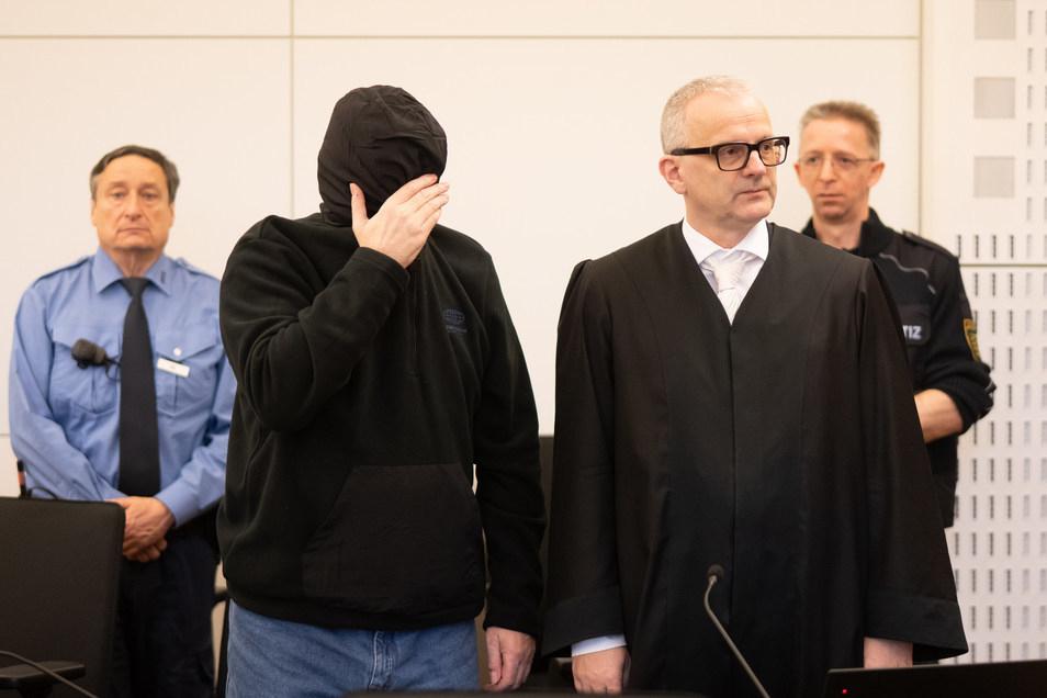 Anfang Februar hat der Prozess gegen Laurent F. begonnen. Der 56-Jährige, hier mit seinem Verteidiger Andreas Boine (r.) soll im Mai 2019 seine beiden Kinder ermordet haben.