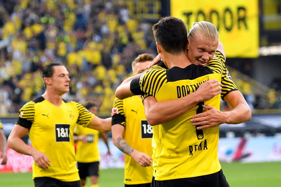 Dortmunds Giovanni Reyna (2.v.r.) bejubelt sein Tor zum 4:1 mit Erling Haaland.