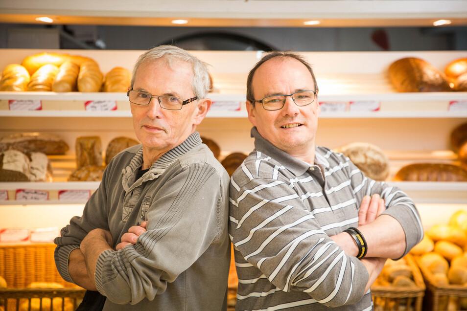 Rücken an Rücken: Die Bäcker Martin Kunath (li.) aus Leppersdorf und Jens Leipold aus Radeberg arbeiten künftig noch enger zusammen. Im Geschäft an der Hauptstraße werden auch weiterhin die typischen runden Kuchen sowie Brot und Brötchen angeboten.