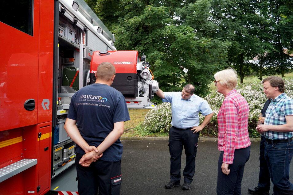 Vizelandrätin Birgit Weber (2.v.r.) übergab die neue Feuerwehrtechnik an die Kommunen.