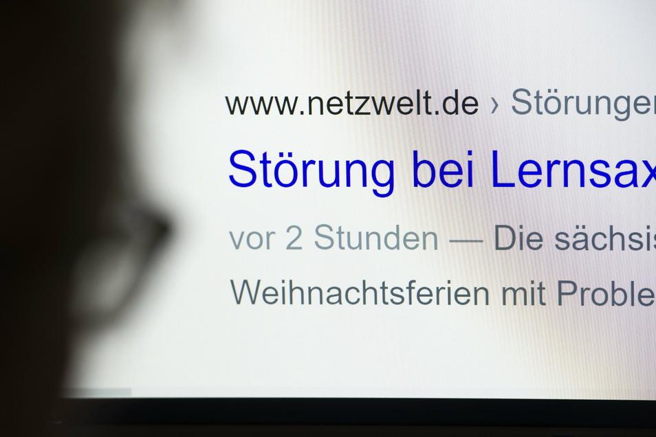 """Nervig für Schüler, Eltern und Lehrer: Eine Internet-Suchmaschine weist nach der Eingabe von """"Lernsax"""" auf dem Bildschirm eines Computers auf eine Störung des sächsischen Online-Lernportals hin."""