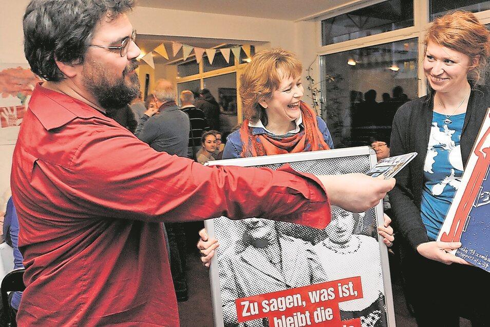 Der Musiker Paul Nagel (Geigerzähler) und Kathrin Kagelmann zählten zu den ersten Gratulanten, die der Landtagsabgeordneten Antonia Mertsching in ihrem neuen Bürgerbüro viel Erfolg wünschten.