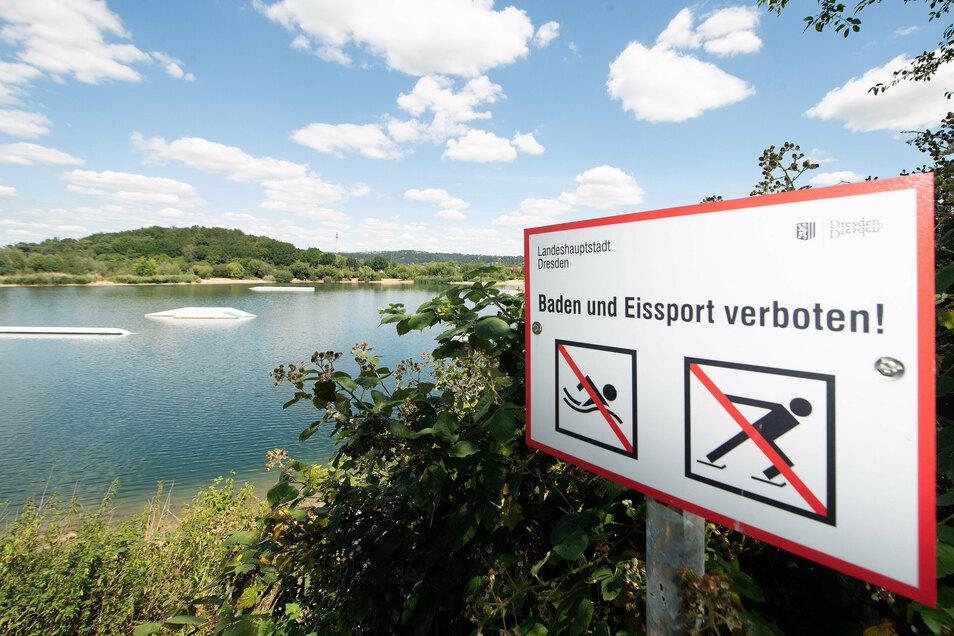 Schwimmen ist dort verboten und doch halten sich viele Dresdner nicht daran. Ob im See bald legal gebadet werden darf, ist umstritten.