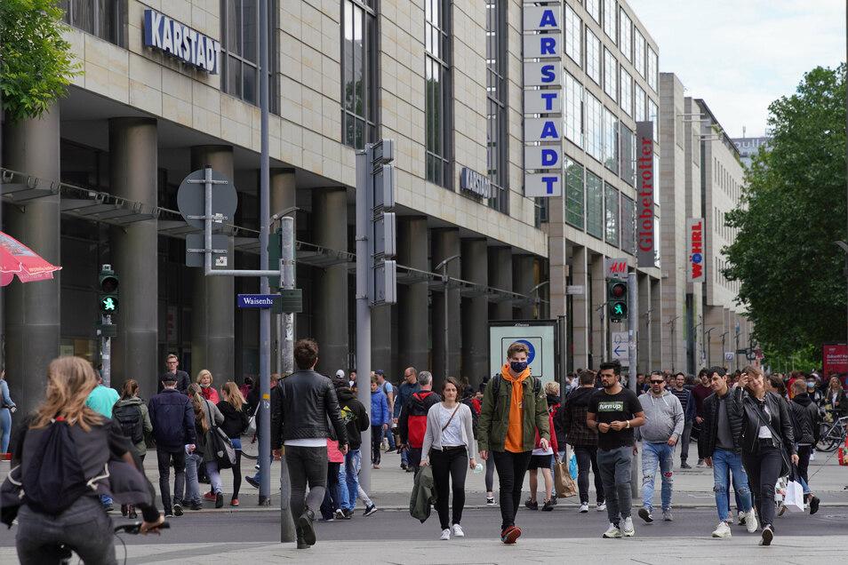 Auf der Prager Straße in Dresden sind schon wieder viele Menschen unterwegs - doch immer noch deutlich weniger als vor der Krise.