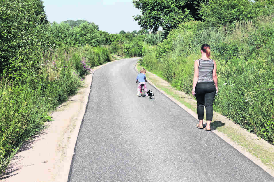 Eine Frau und ihre Tochter nutzen den Radweg zwischen Waldheim und Hartha. Der ist allerdings noch nicht freigegeben.