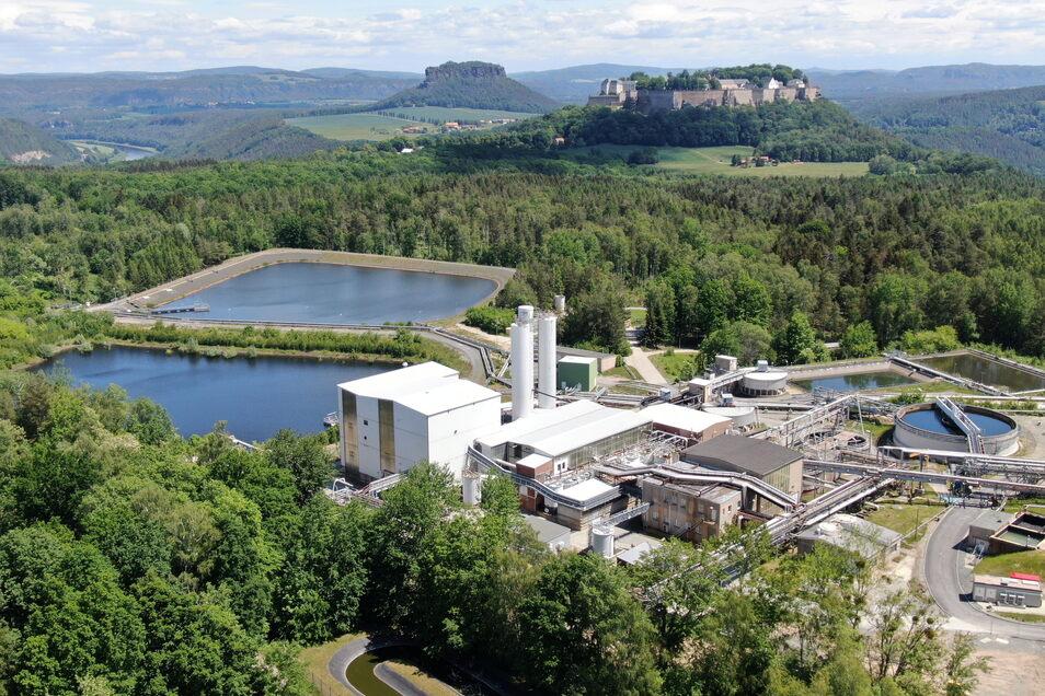 """Das Wismut-Gelände am Königstein. Im Vordergrund, um die beiden Silotürme gruppiert, befindet sich die abgeschaltete """"Prozessstufe Uranentsorgung""""."""