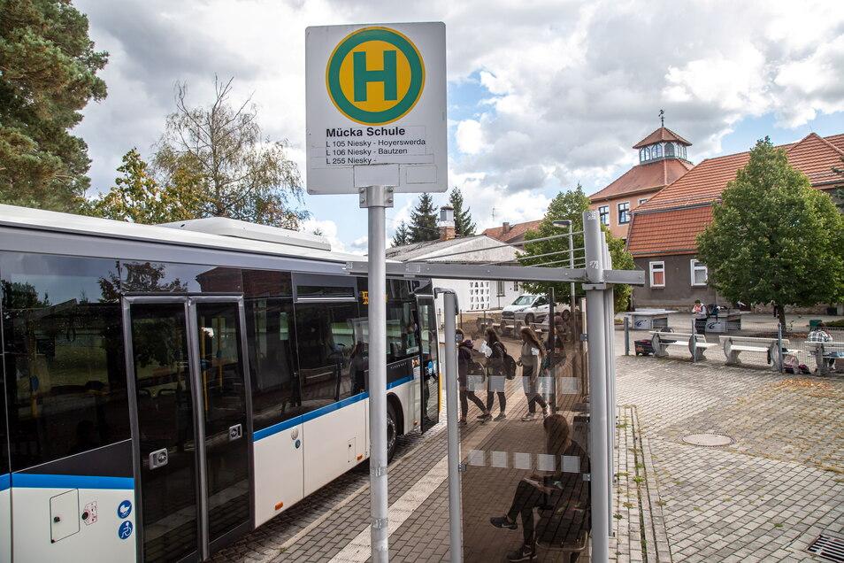 Aus 36 Orten fahren die Oberschüler in die Comenius-Schule nach Mücka. Mit dem neuen Taktfahrplan ab neuem Jahr verlängert sich die Fahrzeit für nicht wenige von ihnen.