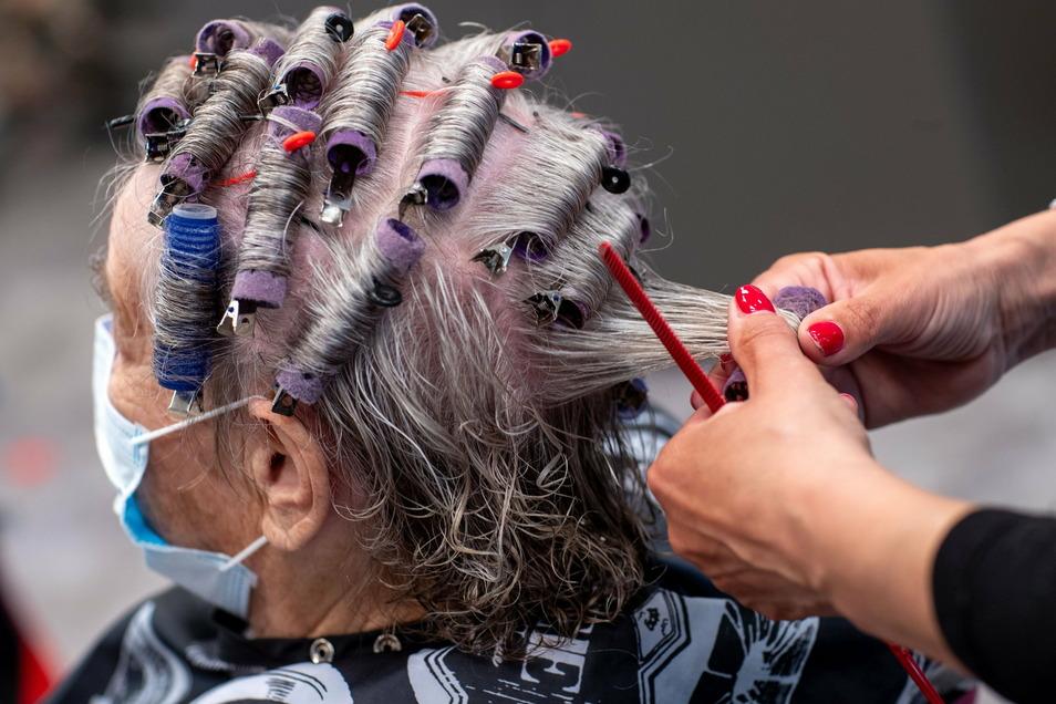 Auch wenn sie oft nicht schließen mussten wie Restaurants oder Kultureinrichtungen, wurden viele Friseurbetriebe von der sinkenden Nachfrage der Kunden in der Pandemie hart getroffen.
