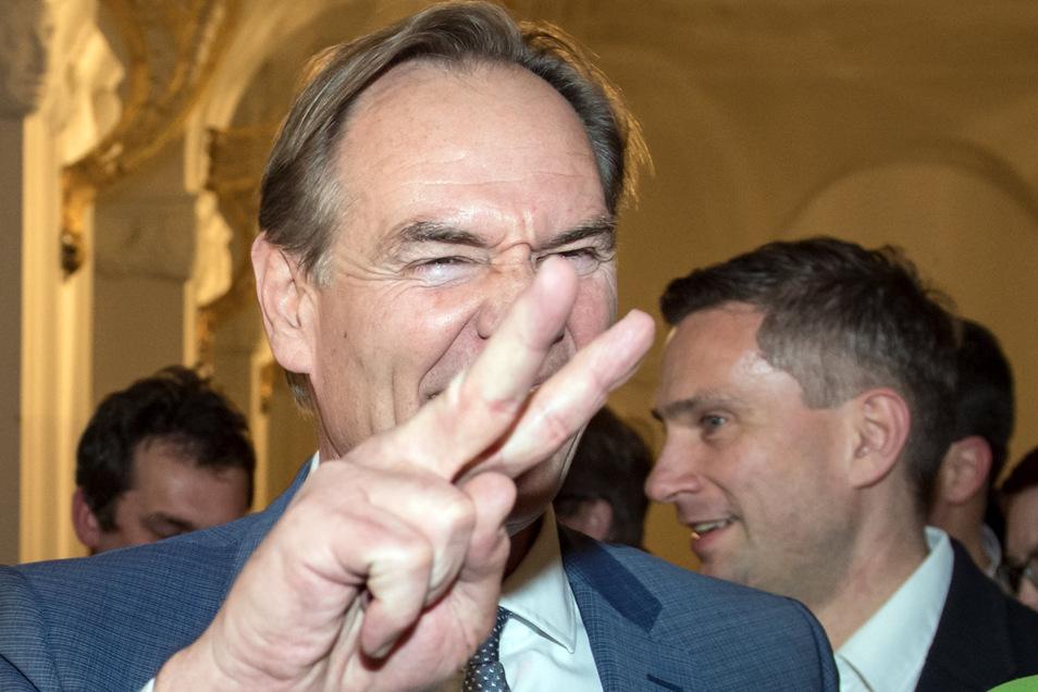 Burkhard Jung zeigt sich freudiger über seinen Sieg als es mancher hinter vorgehaltener Hand für angebracht hält. Nachdem Linke und Grüne ihre Kandidatinnen aus dem ersten Wahlgang zu seinen Gunsten nicht wieder antreten haben lassen, hätte sein Ergebnis