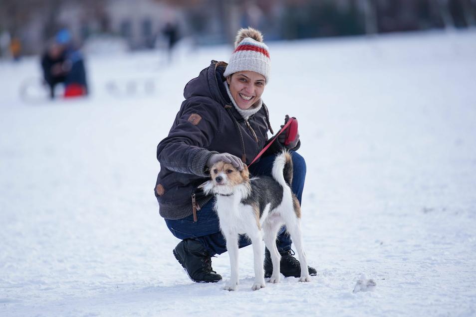 Die Syrerin May Alhares ist mit ihrem Hund Paul im Alaunpark unterwegs.
