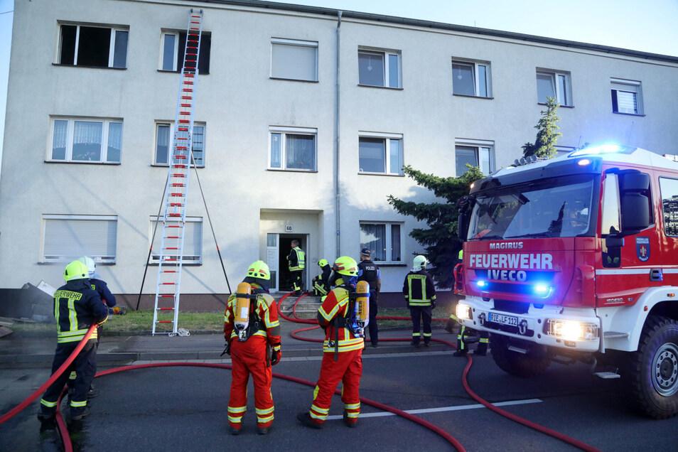 Mehr als 70 Feuerwehrleute waren am Dienstag bei einem Wohnungsbrand in Strehla im Einsatz.