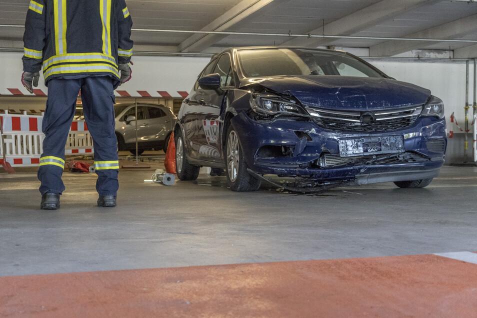Beschädigt wurden beim Unfalls am Donnerstag nicht nur Teile des Elbgalerie-Parkhauses, sondern auch der blaue Opel des mutmaßlichen Verursachers.