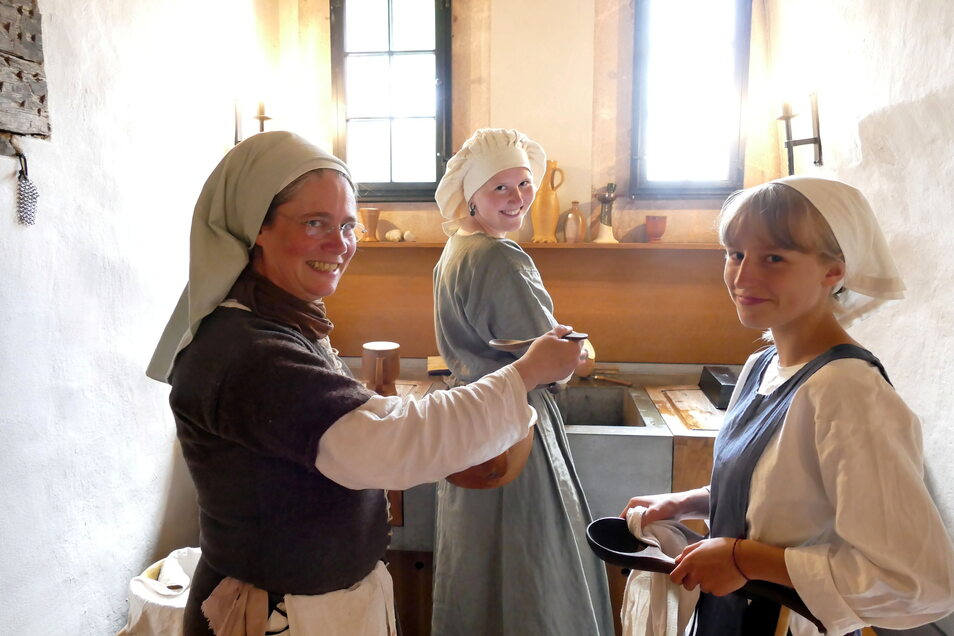 Die Mägde Anja (links) und die beiden Ellas bereiten das Essen zu. Alles soll so authentisch sein wie möglich. Mutzbraten und Haferbrei werden nach alten Rezepten über offenem Feuer zubereitet.