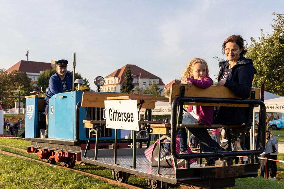Lina und Katja Wenzel stiegen in die Modell-Windbergbahn ein, die am Sonnabend im Vereinsgelände aufgebaut war.