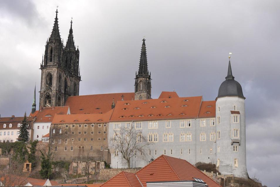 Voriges Jahr war die Fassade des alten Gefängnisses neben dem Meißner Dom noch nicht auf die jetzige Weise durchbrochen. Das alte Gefängnis ist das Gebäude mit der graubraunen Fassade in der linken Bildhälfte.