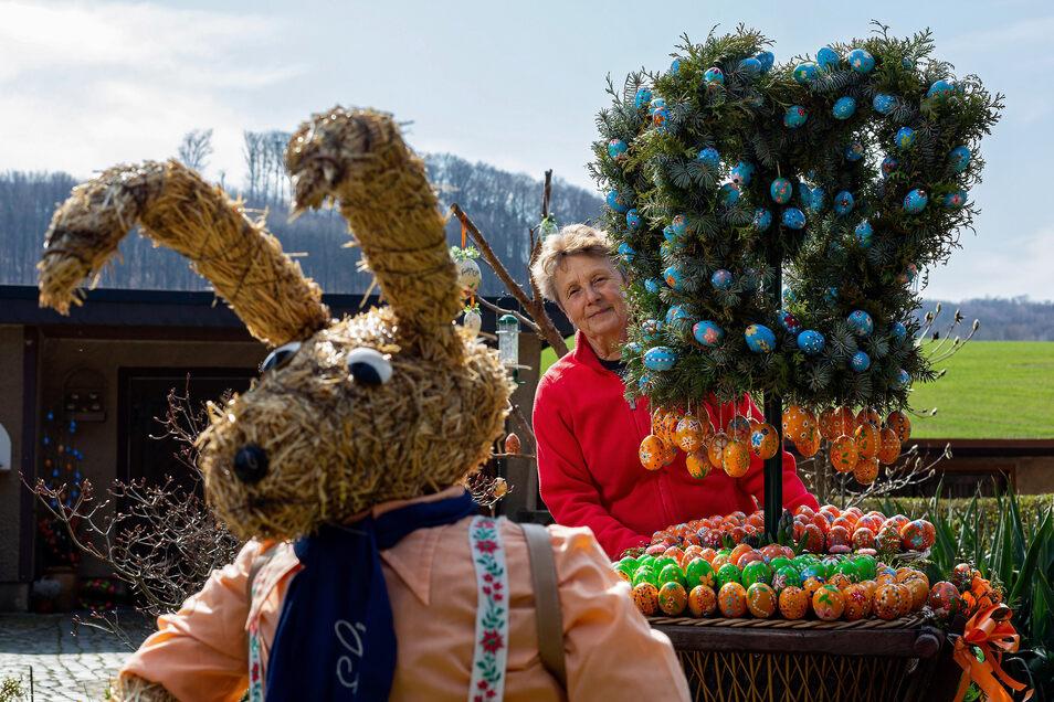 Heidi Rudolph schmückt auch in Corona-Zeiten ihren Vorgarten in Freital wie jedes Jahr österlich bunt.