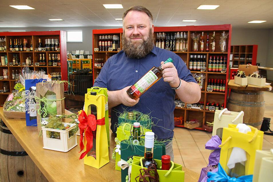"""Nach knapp fünfjähriger Unterbrechung eröffnet Sebastian Schmidt am Montag an der Feldstraße in Bernsdorf wieder einen Getränkemarkt mit zahlreichen """"Oschmi""""-Kreationen."""