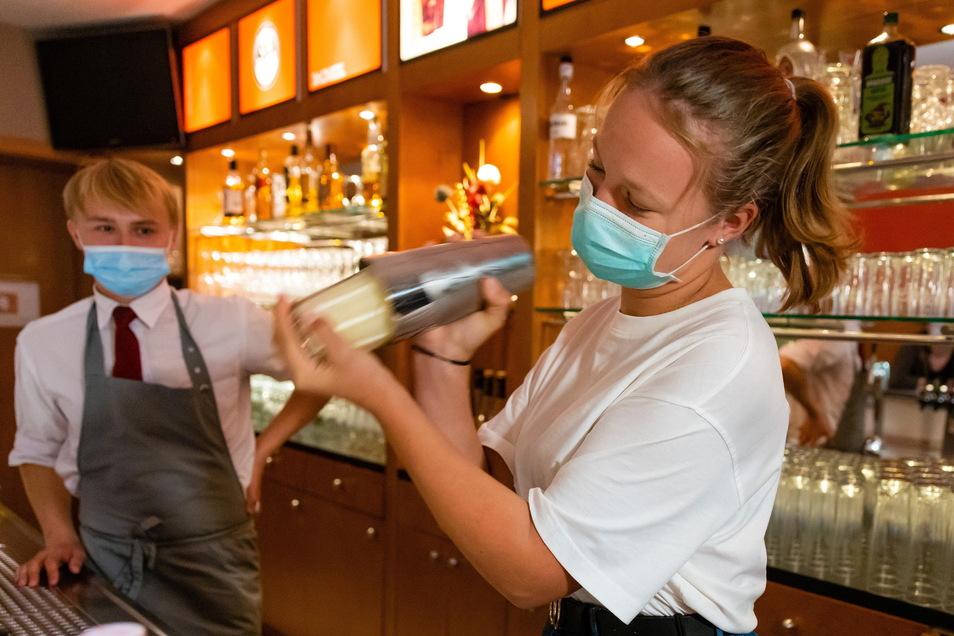Schülerin Lara Rentsch mixt eine alkoholfreie Piña Colada