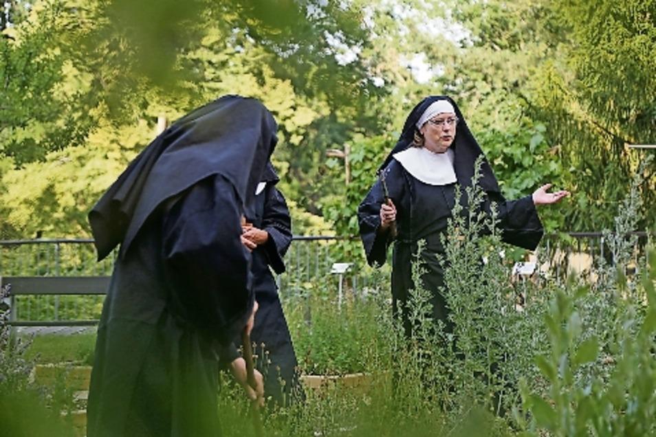 Aufregung im Garten des Nonnenklosters: Schwester Barbara ist verschwunden. Die Nonne Jutta (Kerstin Kluge) kann kaum glauben, dass Barbara aus dem strengen Klosterleben geflüchtet ist, um einen Torgauer Seifensieder zu heiraten.