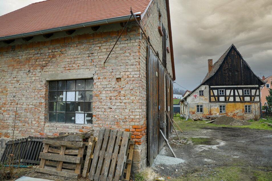 """Mit der Scheune und im Hintergrund dem Umgebindehaus """"alte Lotte"""" saniert der Förder- und Historikverein der Feuerwehr Eckartsberg/Radgendorf das älteste Gebäude im Dorf."""