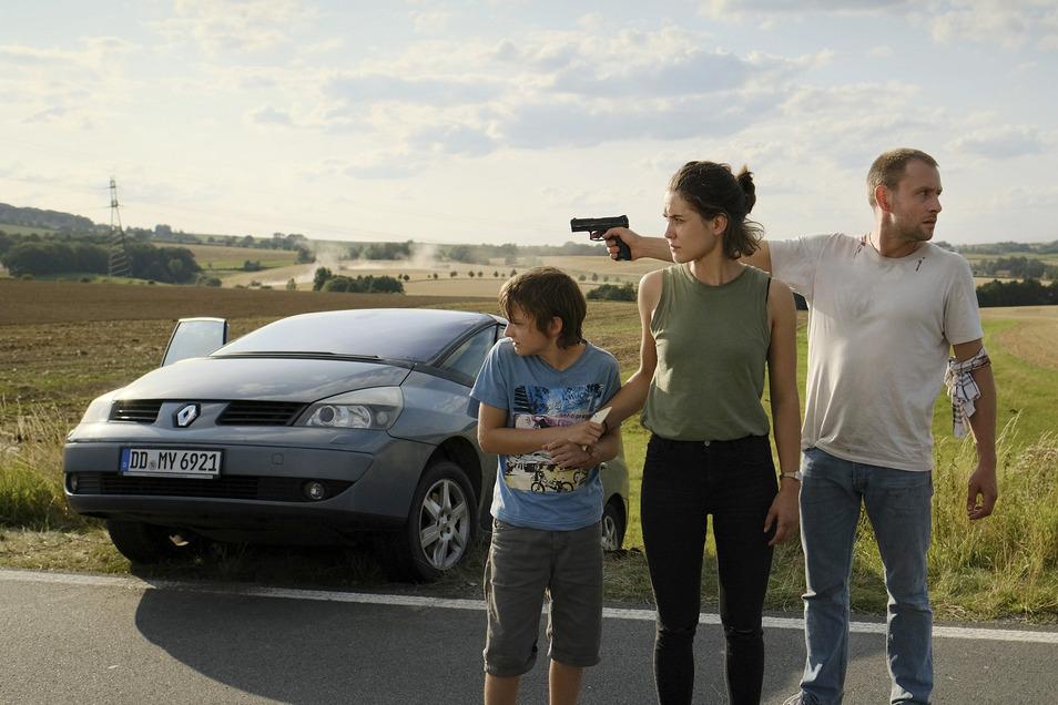 Die Flucht von Familie Bürger (Max Riemelt, Katia Fellin, Claude Heinrich) scheint am Ende zu sein, doch Louis will nicht aufgeben.